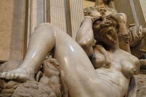 Florenz_-_Neue_Sakristei,_Nacht,_Grabmal_Giuliano_II.jpg